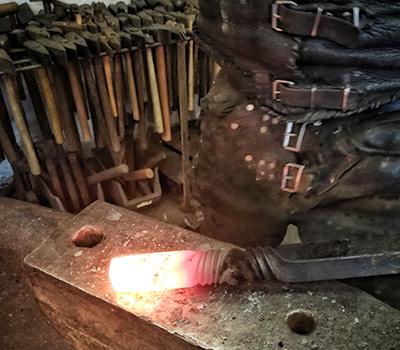 glühender Stahl in der Schmiede Kiel